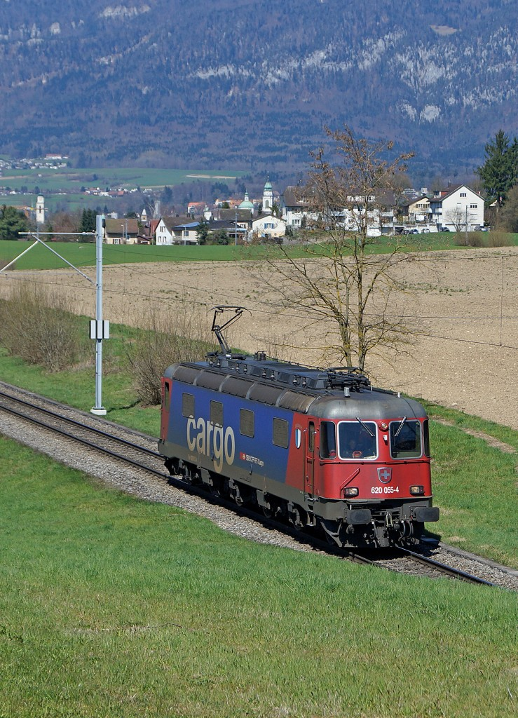 SBB: SBB CARGO-Lokzug mit der Re 620 055 4 COSSONAY bei Biberist am 8. April 2015.