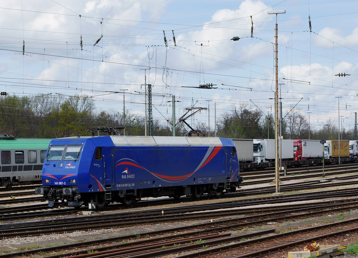 SRI RAIL INVEST/MThB: Die blaue BARBARA 145 087-3 von SRI RAIL INVEST ehemals MThB  LOKOOP  Re 486 in Weil am Rhein am 14. April 2016.