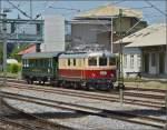 Konstanz/346873/oldistunden-im-grenzbahnhof-vor-dem-ehemaligen Oldistunden im Grenzbahnhof.   Vor dem ehemaligen SBB-Güterschuppen rangiert Re 4/4 I 10034 mit einem Zusatzwagen für den Sonderzug Augsburg-Basel. Juni 2014.